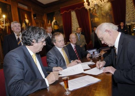Ondertekening van het contract Particulier Natuurbeheer in 2006, met links minister van Landbouw Kees Veerman