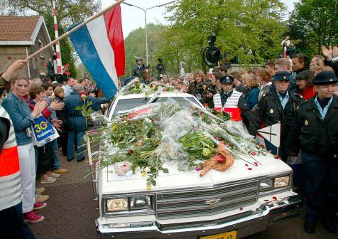 Aankomst van het stoffelijk overschot van Pim Fortuyn bij de begraafplaats Driehuis-Westerveld. Foto: Marcel Antonisse/ANP