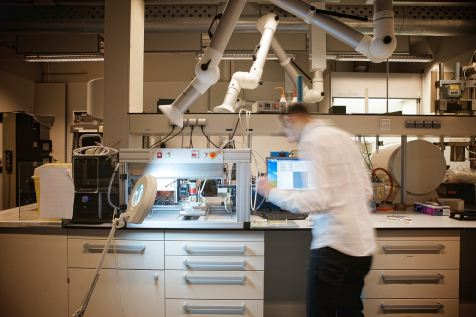 Op de Universiteit Twente doen ze proeven die ze vijf jaar geleden niet voor mogelijk hadden gehouden. Foto: Marcus Köppen