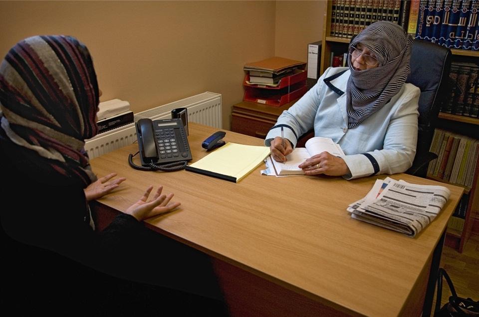 Shakeela Hasan van het Islamic Sharia Council geeft raad aan een jonge vrouw met huwelijksproblemen. Foto: Tom Pilston/Panos/HH
