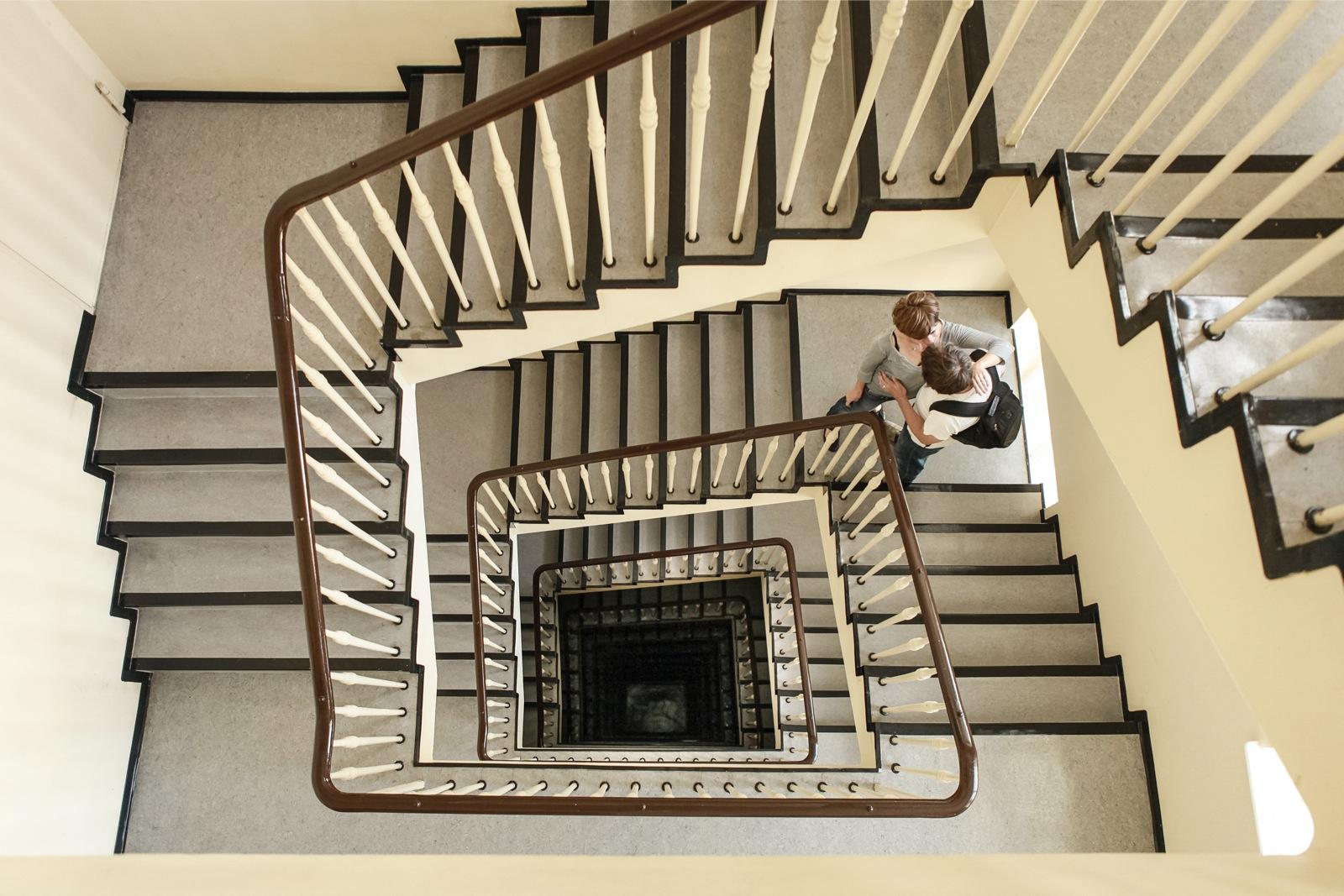 Het trappenhuis in een van de woontorens van Herman Henselmann aan de Frankfurter Tor. Foto: Amélie Losier