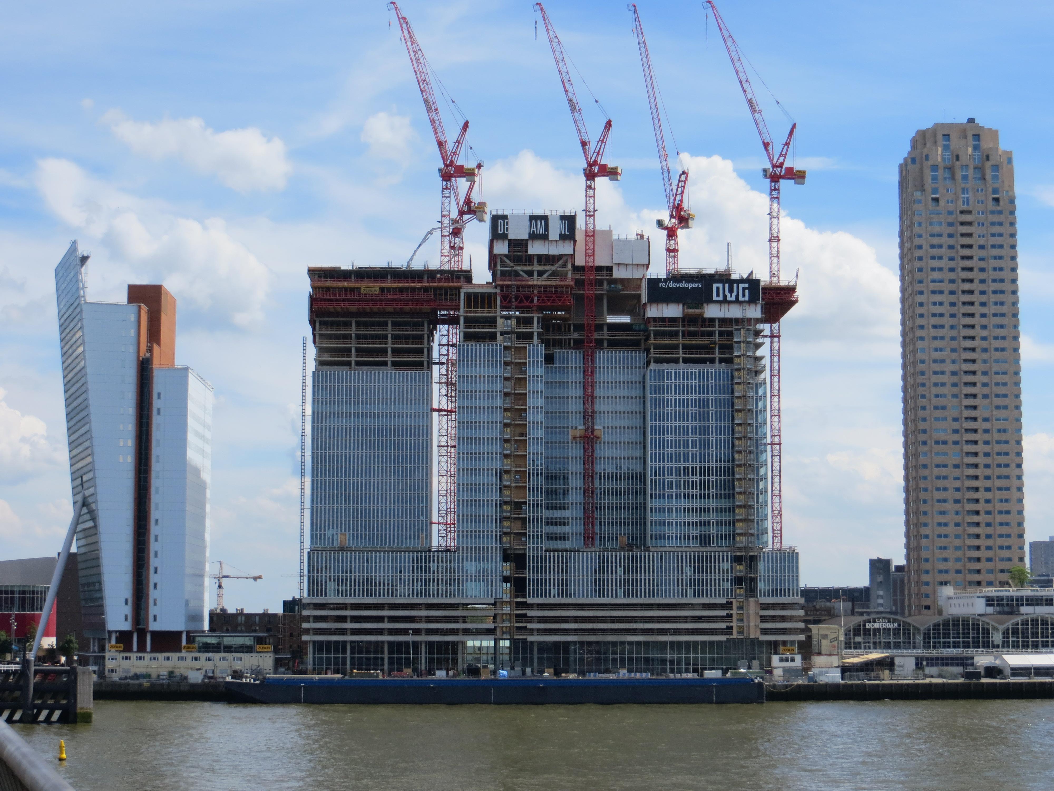 """De Rotterdam, het grootste gebouw van Nederland. (Hier nog in aanbouw.) 'Oh, hij verafschuwt dat """"grootste"""".'"""