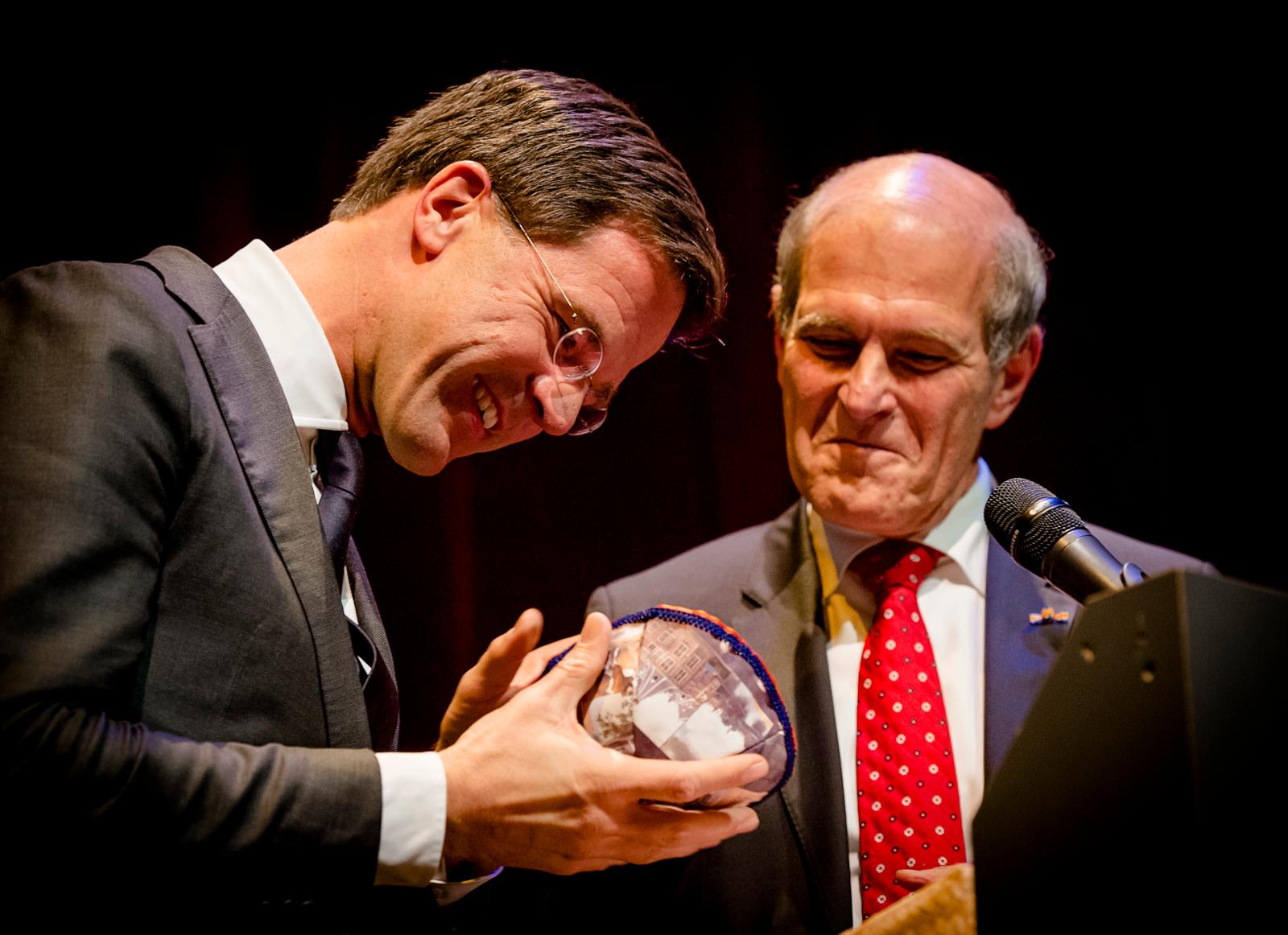 40 jaar CIDI: Premier Mark Rutte krijgt een keppeltje. Foto Robin van Lonkhuijsen/ANP