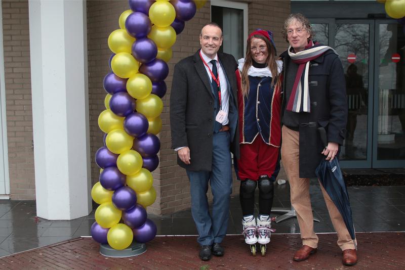 Het Intochtcomité: Adriaan Krans (links), Roetpiet en Henk Leegte. Foto: Marc Lowenberg
