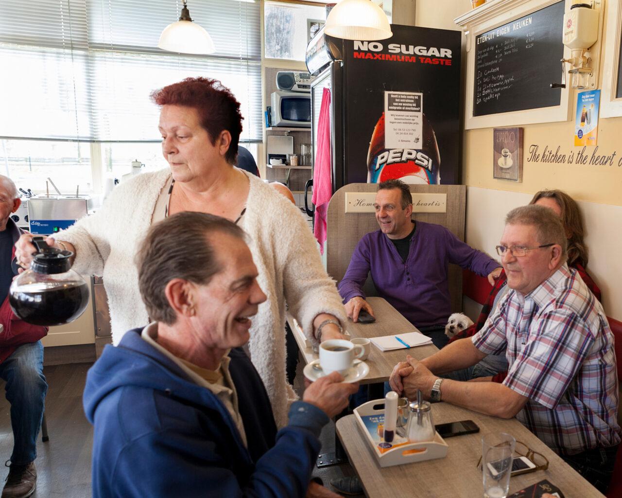 Binnen in Cora - Ons kent ons in koffiehuis 'Cora'. Niets blijft onbesproken.