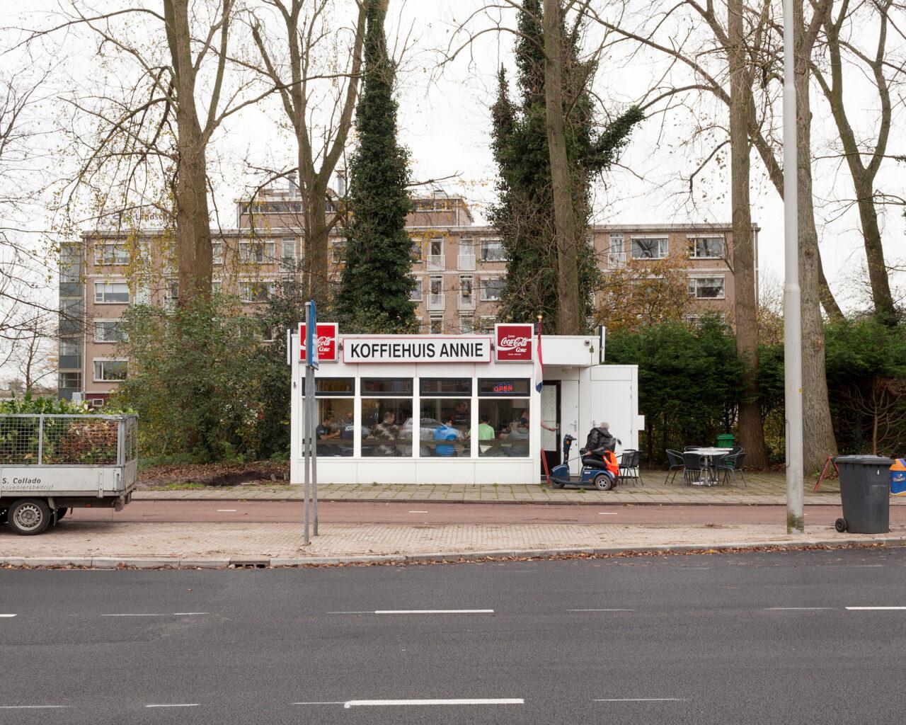 Annie -Bezuidenhoutseweg 673, open vanaf 5.00 uur. Naast koffie kun je hier ook terecht voor een broodje bal.