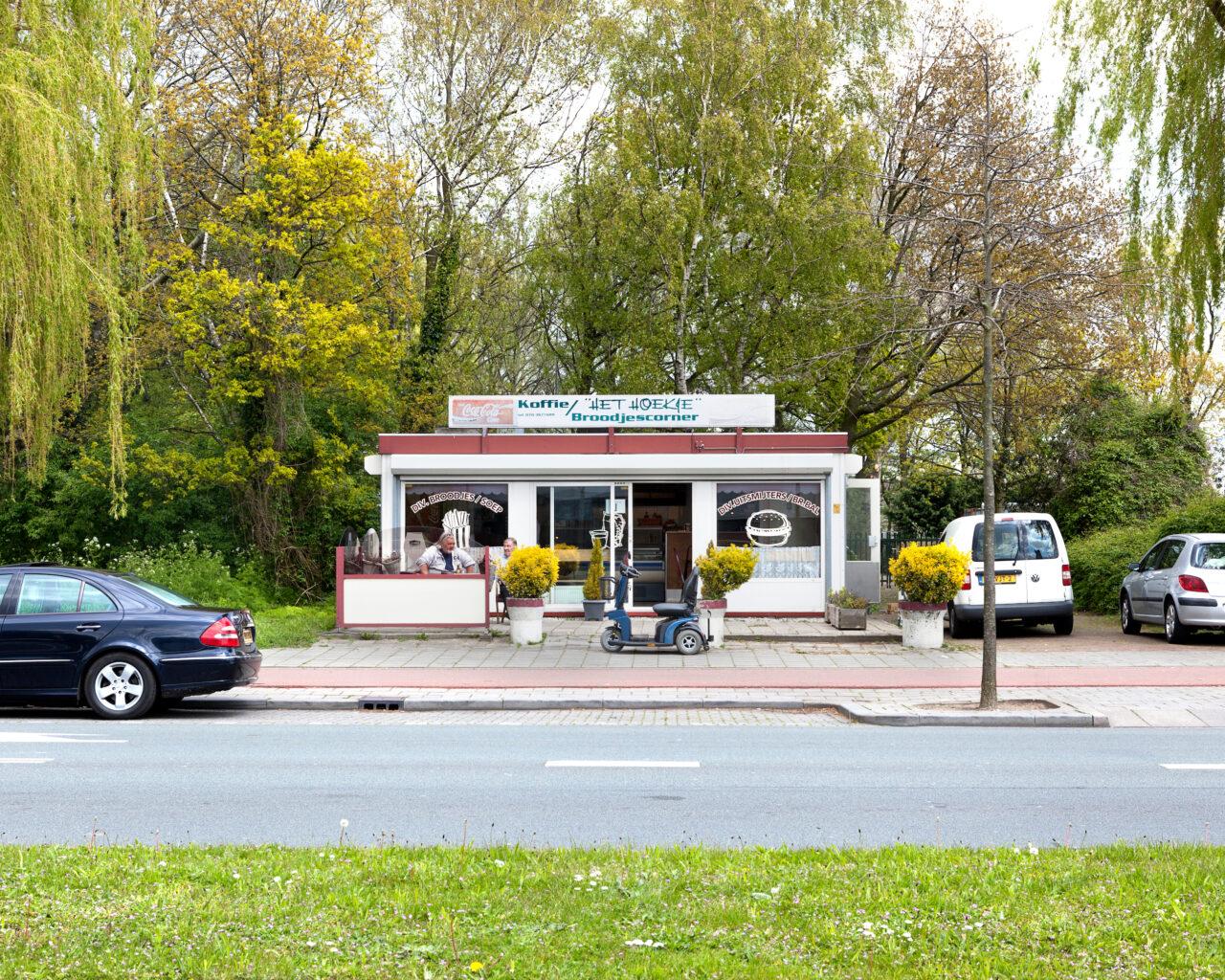 Het Hoekie -Zichtenburglaan 16a. De pot koffie is inmiddels ingeruild voor een modern apparaat, 'om te overleven.'