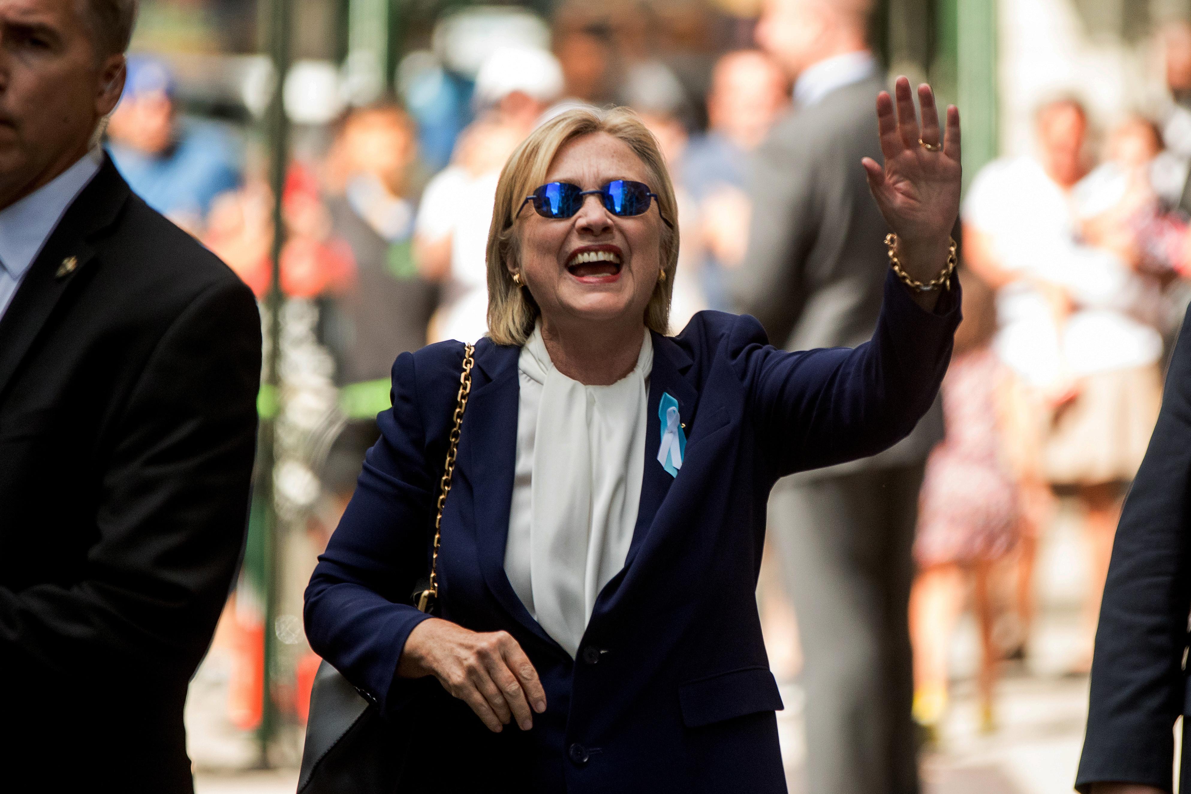 Zwaaiend probeerde Hillary de geruchten nog te stoppen. Tevergeefs