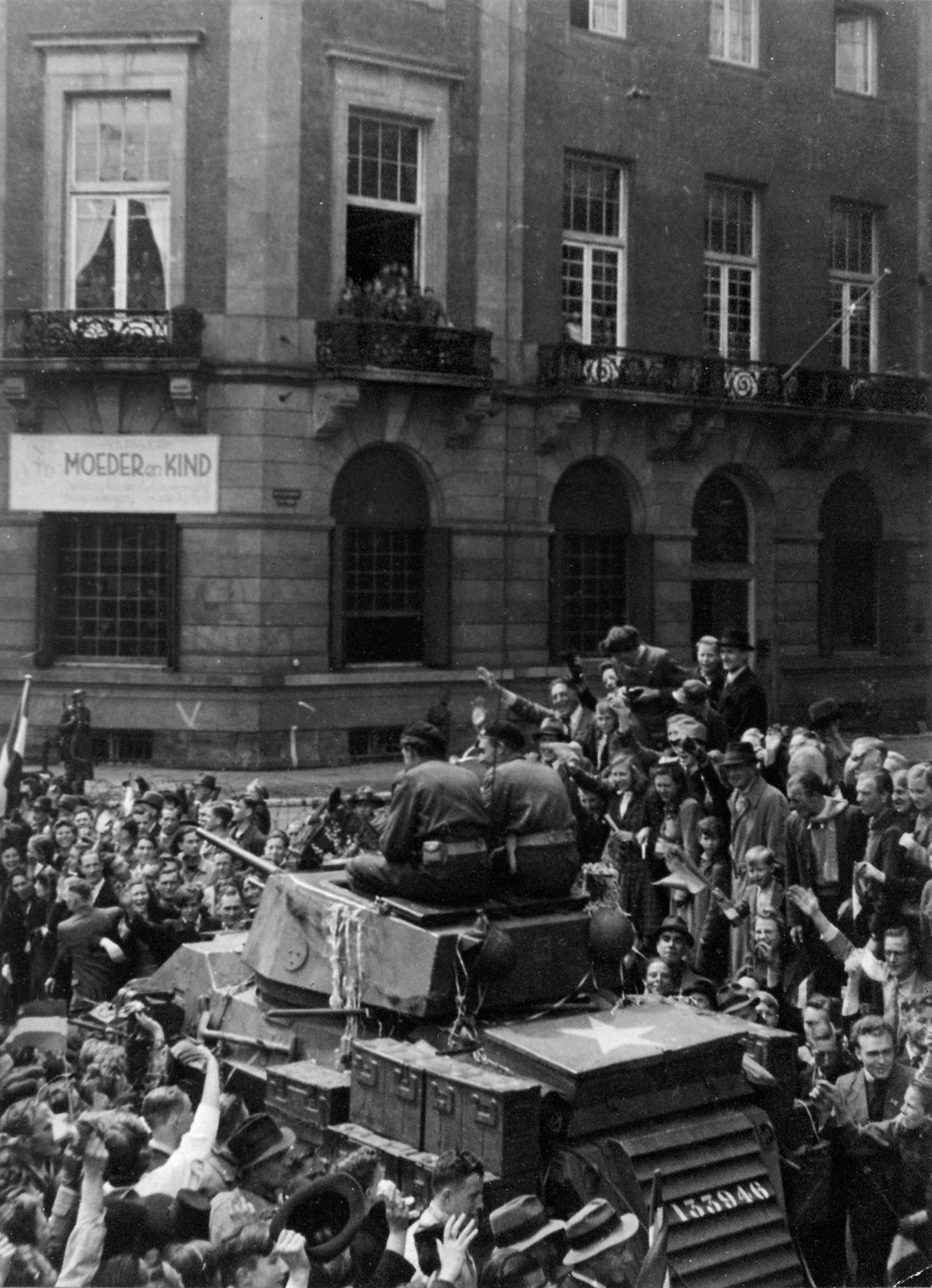 Schoten die Duitsers écht op de menigte op de Dam?