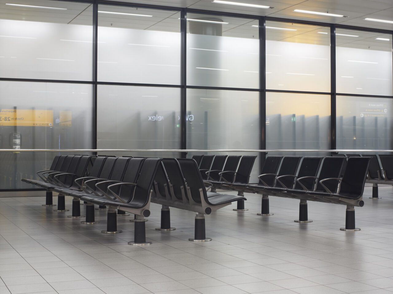 Mohamed's tijdelijke slaapplek, vertrekhal Schiphol