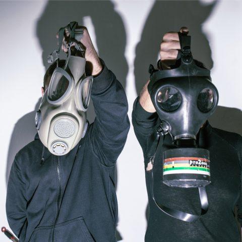 Anarchisten poseren met gasmaskers