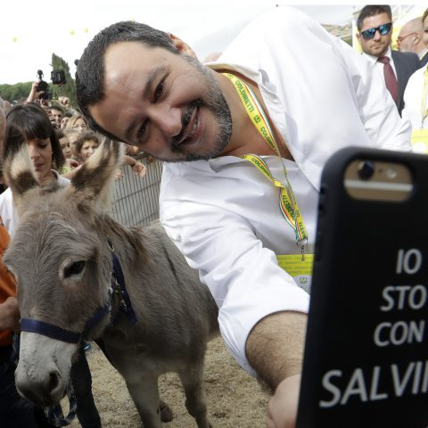 Selfies, emoji's en volkswoede: in Italië voeren populisten non-stop campagne