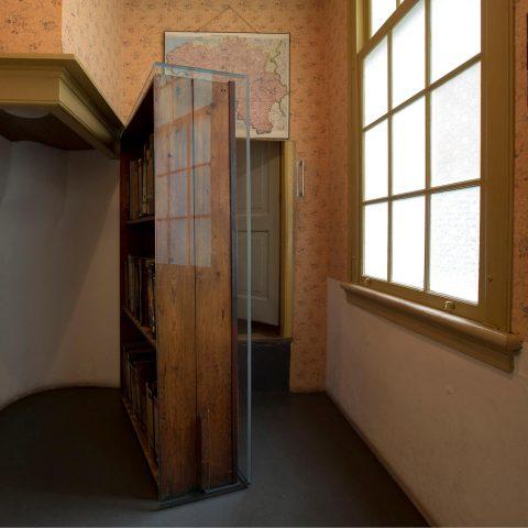 De boekenkast van het Achterhuis: poort naar de hel én bron van inspiratie