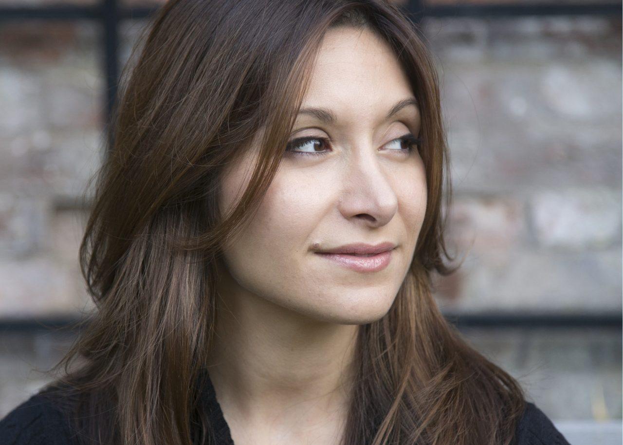 Portretfoto van Dina Nayeri, schrijver van De ondankbare vluchteling