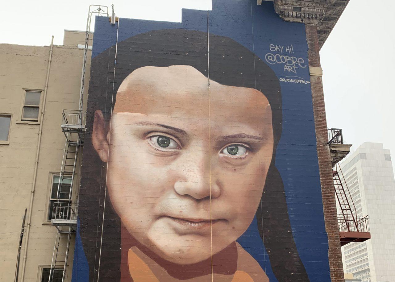 Foto van muurschildering van Greta Thunberg, de jonge Zweedse activiste en symbool van klimaatzorgen