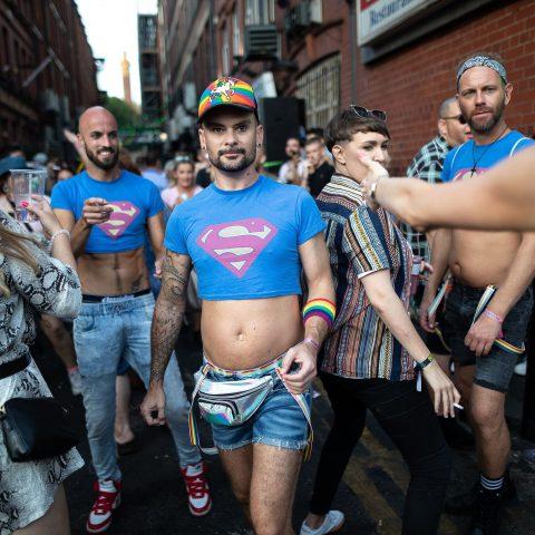 Volgens deze bestseller worstelen homomannen massaal met schaamte. Maar is dat wel zo?