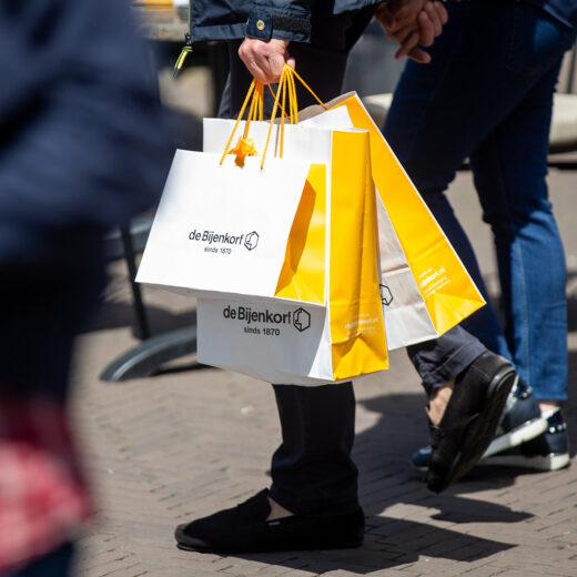 Steun ontvangen én gul geven: in de coronacrisis wil de Bijenkorf van twee walletjes eten