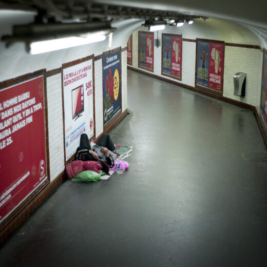 Zo pijnlijk is de installatie van een anti-daklozendouche in Parijs