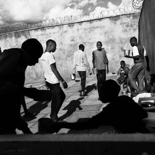 3.700 mannen en een enkele vrouw: foto's uit de grootste gevangenis van Afrika