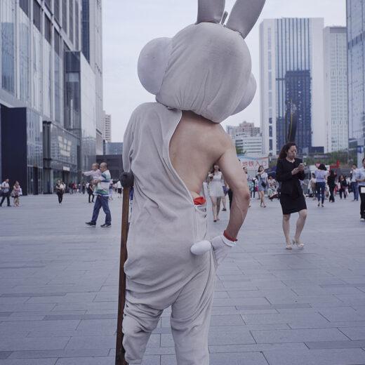 Fotodocument: Alledaags absurdisme op de straten van Chengdu, China
