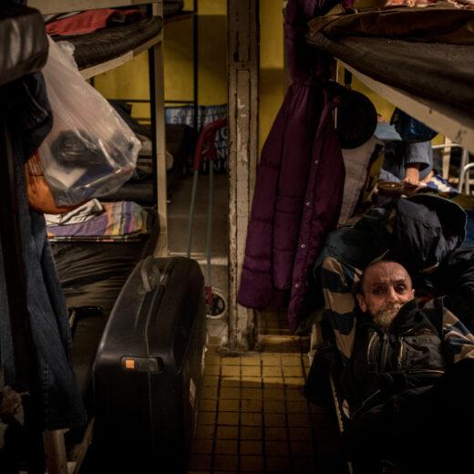 Daklozen zijn illegaal in Hongarije, dus besloten deze twee Zeeuwen ze te gaan helpen