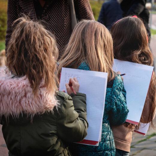 Hoe de schoolschrijver kinderen aan het schrijven krijgt – en daarmee aan het lezen