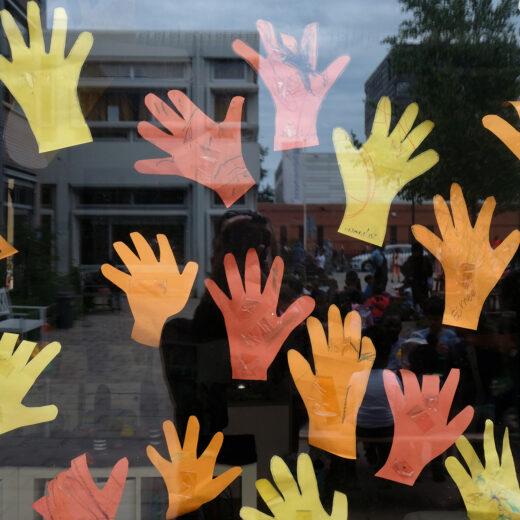 Weer naar school na de lockdown: 'Het valt niet mee om afstand te houden van de kinderen'